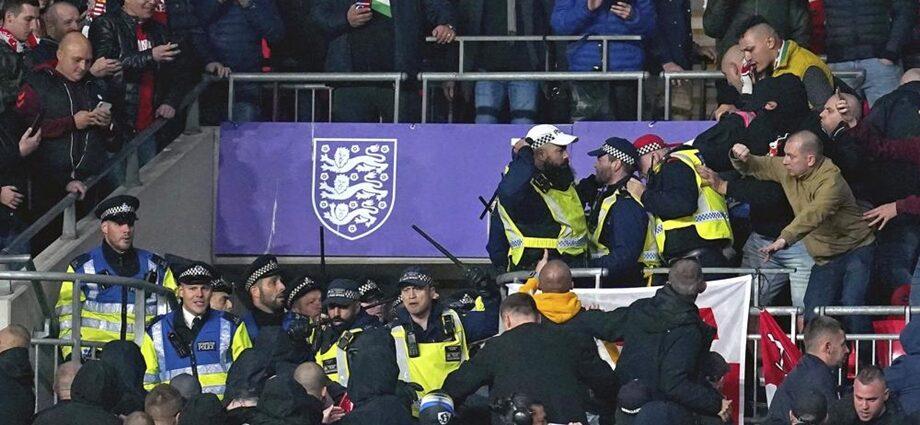 Aficionados húngaros chocan con la policía en las gradas del estadio Wembley durante el partido de las eliminatorias europeas a la Copa del Mundo entre Hungría e Inglaterra, en Londres, el martes 12 de octubre de 2021. (Nick Potts/PA vía AP)