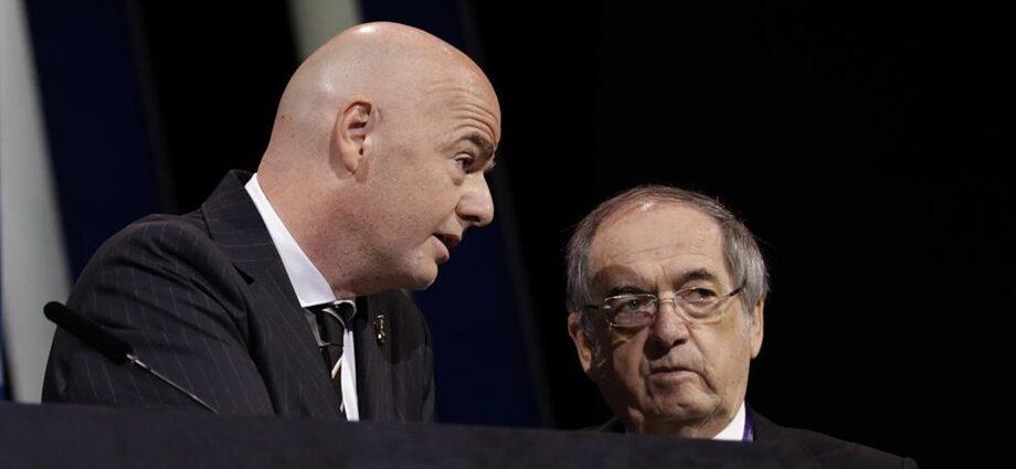El presidente de la FIFA, Gianni Infantino, izquierda, conversa con el presidente de la Federación Francesa de Fútbol, Noël Le Graët, antes del inicio del 69no congreso de la FIFA, en París. (AP Foto/Alessandra Tarantino)